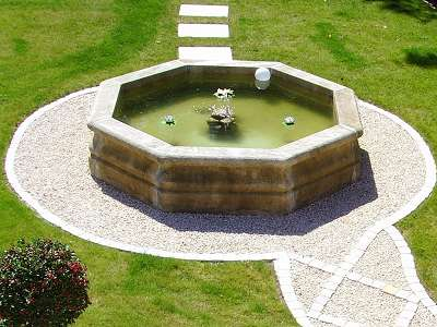 installer une fontaine en pierre dans son jardin. Black Bedroom Furniture Sets. Home Design Ideas