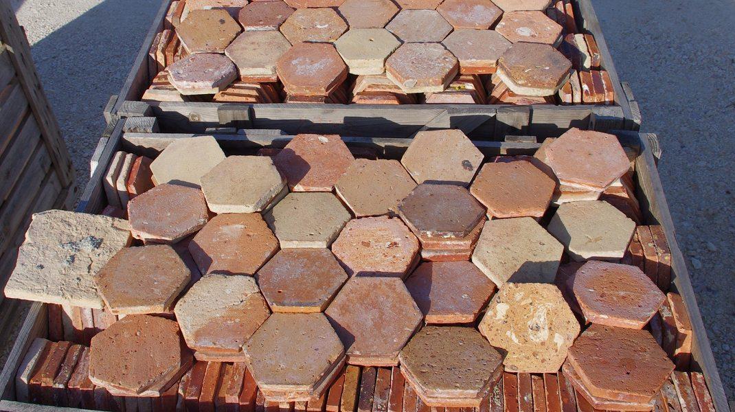tomettes anciennes en terre cuite hexagonales et carr es. Black Bedroom Furniture Sets. Home Design Ideas