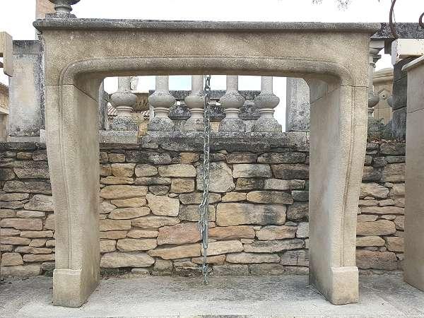 chemin es en pierre de taille de style provencal louis xv louis xvi. Black Bedroom Furniture Sets. Home Design Ideas