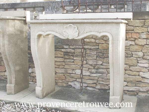 Cheminée En Pierre De Style Louis XVI Avec Coquille Sculptée Sur Le Linteau