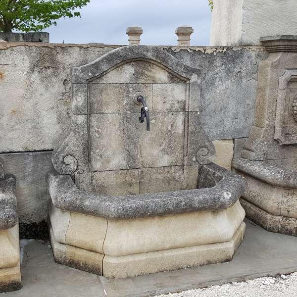Fontaines anciennes en pierre naturelle patinées par le temps