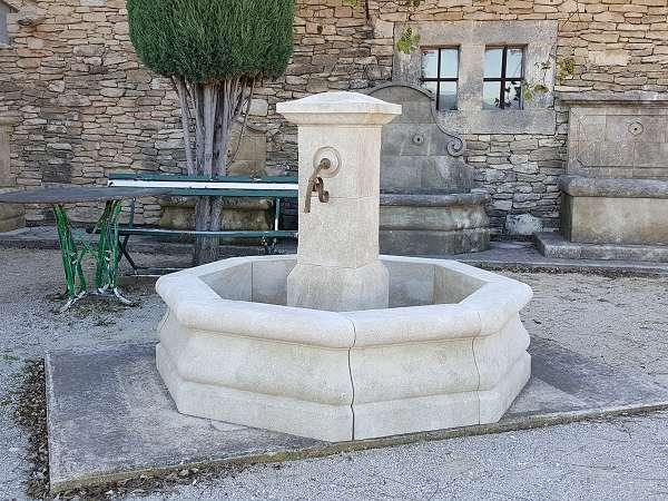 Fabricant de fontaines centrales en pierre naturelle for Fontaine de jardin en pierre ancienne