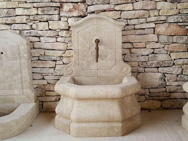 Fabricant de fontaines murales de jardin en pierre naturelle for Evier exterieur en pierre