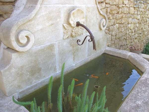 Fabricant de fontaines murales de jardin en pierre naturelle for Bassin de jardin grand volume
