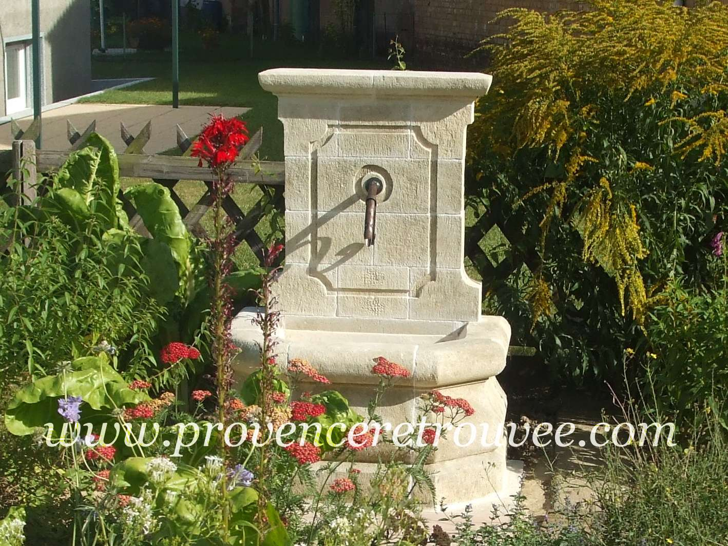 fontaine cassis rfrence fon12 080 au milieu dun jardin fleuri la fontaine nest pas adosse un mur elle tient seule une fois colle grce - Construire Une Fontaine De Jardin