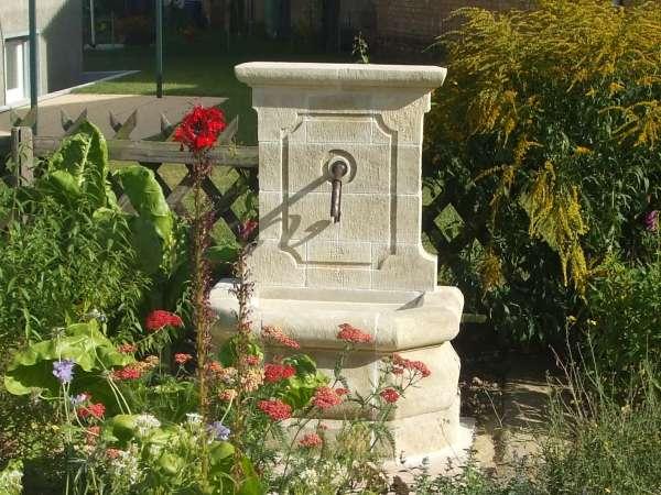 Fabricant de fontaines murales de jardin en pierre naturelle for Serre de jardin adossee au mur