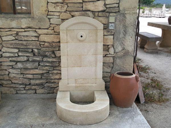 Fabricant de fontaines murales de jardin en pierre naturelle for Applique murale pour robinet exterieur
