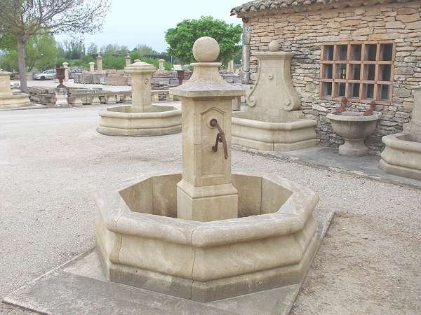 Fontaine de village provencal avec bassin central en pierre naturelle diamètre 170cm
