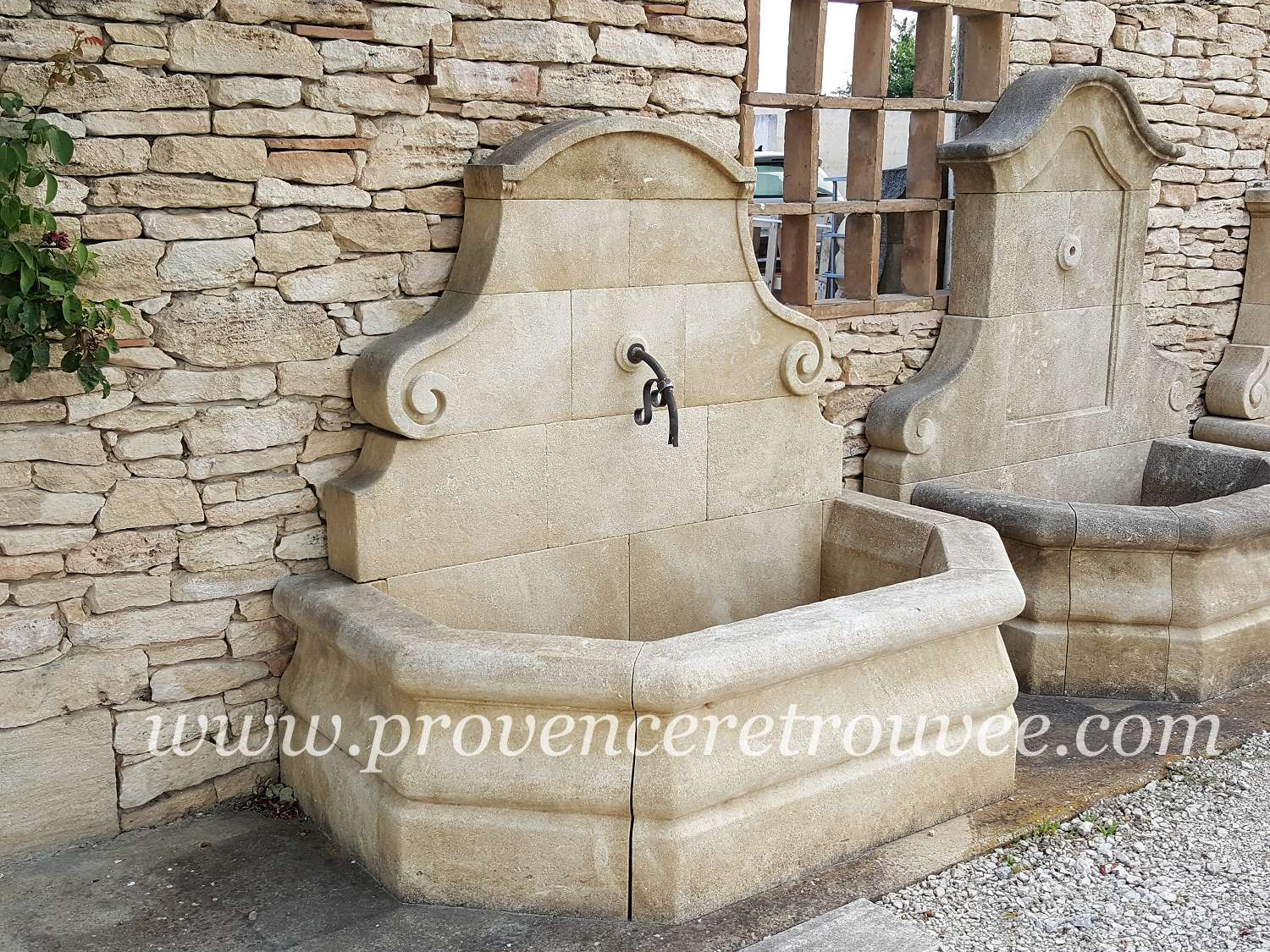 fontaine en pierre de taille avec sculptures fon11 170. Black Bedroom Furniture Sets. Home Design Ideas