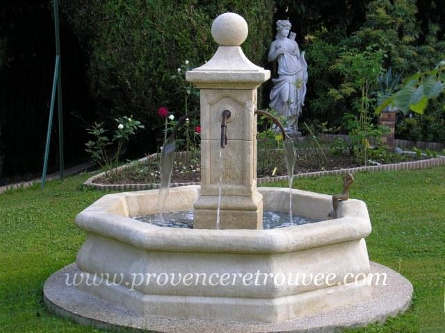 fontaine installe sur une dalle bton circulaire bourgogne - Construire Une Fontaine De Jardin